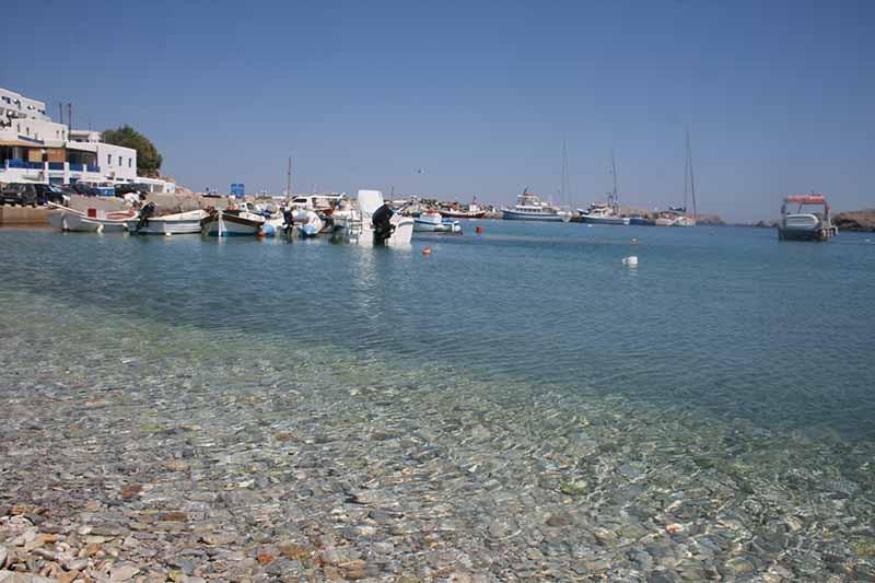 Playa en pueblo de Folegandros, Grecia