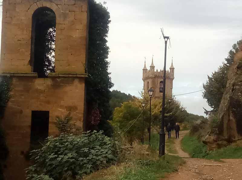 Camino de la torre del castillo