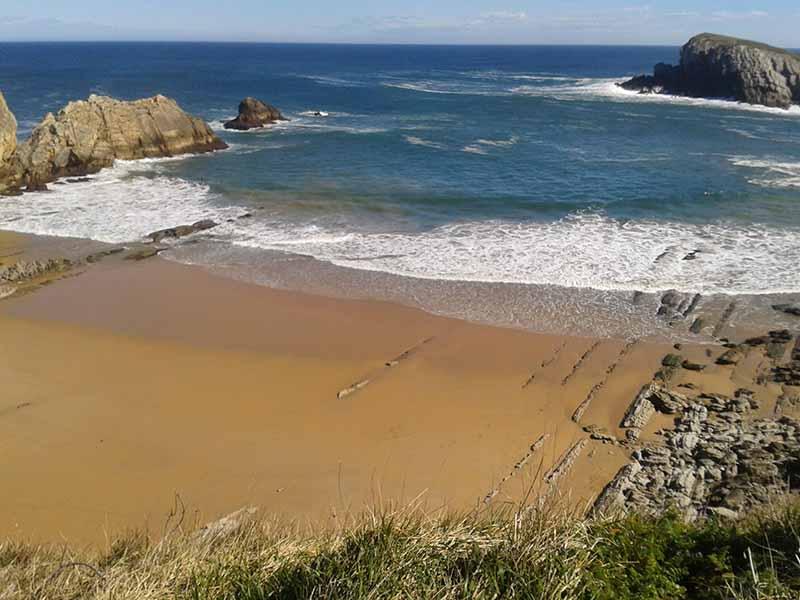 Playa La Arnia Liencres de cerca
